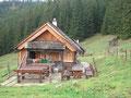 ... und zur teilweise bewirtschafteten Weißenbachalm Hütte.