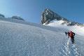 Umrahmt vom Hohen Kreuz, dem Niederen und dem Hohen Dachstein, dem Mitterspitz und der Schneebergerwand setzten wir rasch an Höhe gewinnend, in einem Linksschwenk genau auf den Mitterspitz zu, …