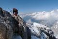 """Zuerst zurück über die """"Arschbacken zusammenkneifende"""" Engstelle mit genialem Tiefblick ins NICHTS, weiter über den heiklen für unser Seil zu langen überwächteten Gipfelgrat und …"""
