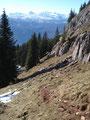 Entlang der Felswände führte der Steig Richtung der Alm.