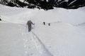… einen steileren, östlich exponierten Aufschwung zu. Eine einzige Schispur schraubte sich in weiten Kehren diese Steilstufe empor, welcher wir postwendend nachstiegen.