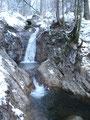 ... überqueren, da wir auch hier immer einem kleinen Bach entlang folgten, teilweise mit kleinen Wasserfällen.