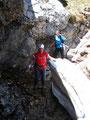 Eine weitere kurze, aber unproblematische versicherte Passage galt es zu überwinden. Auch kleinere Reste von Schneefeldern lagen noch immer zu dieser Jahreszeit im nordseitigen Abstieg. Sichtlich zur Freude von Gerli!