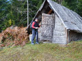 Wie nannte es Angela: die Neugier ist nicht nur Sache der Frauen!! Natürlich musste ich hineinsehen – was denkt ihr denn! Inmitten der Hütte stand ein kleiner steinerner Holzgrill, links und rechts davon eine Bank – einfach zum Wohlfühlen.