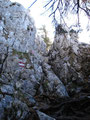 Aber jetzt kommt es nochmal dick, steil geht es querend über Geröllfelder und schroffen Felsen Richtung Ziel.
