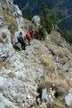 … uns der Steig über teils seilversicherte Passagen (A) und Schroffen weiter Richtung Kaisertisch bergab führte.