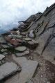 Nach etwas Verwunderung stieg unser 15-köpfiges Team den Hütten-Zustiegsweg über plattenartiges Gestein weiter bergan.