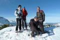 Orkanartige Sturmböen fegten über den höchsten Punkt hinweg, sodass man beim Posieren fürs Gipfelfoto sogar Schwierigkeiten hatte, sich auf den Beinen zu halten.