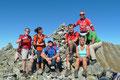 """Nach einer ½ Std. war der dritte Gipfel dieser """"menschenreichen"""" Tour erobert. Auch hier hatten wir das Glück des Tüchtigen und konnten eine alleinige Erinnerung unserer Gruppe vorm Wahrzeichen, dem riesigen Steinhaufen, auf Bild festhalten."""