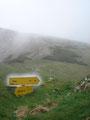 ... erreichten wir die nächste Abzweigung. Von hier aus führt rechts ein schwarz markierter Wandersteig ins Kaisertal.