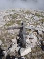 Diesen Gipfel zierte einst ein kleines hölzernes Gipfelkreuz. Es dürfte ein Sturm zu Fall gebracht haben.