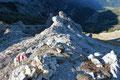 Fantastische Tiefblicke wohin man auch schaute. Es türmten sich kleine Felstürmchen auf wie in den Dolomiten.
