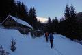 Wenige Minuten darauf erreichte unsere 7-köpfige Schneeschuhtruppe die idyllisch gelegene Gamshütte, welche auch schnell wieder rücklinks liegen gelassen wurde.