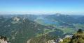 Richtung NW: links im Vordergrund der Sparber, dahinter die Bleckwand und rechts auf der Nordseite des Wolfgangsees (Abersee) der über alle Grenzen hinaus bekannte Schafberg