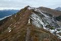… auf den ungeschmückten Gipfel des Hinkarecks (1932m). Ich glaube es waren vielleicht 30 – 40 Höhenmeter.  Vom dessen höchsten Punkt konnte man die weitere Route entlang des Kammes bestens ausmachen. Kurz gesagt: Bergauf und bergab.