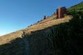 Kompromisslos steil führte nun der Zickzack-Steig den 1854m hoch gelegenen, ersten Gipfel dieser eindrucksvollen Bergtour entgegen.