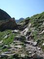 … wir folgten fortan diesem über einige Felsplatten weiter.