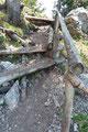 Nachdem Rudolf  & ich das Geröllfeld hinter uns gelassen hatten, begann der stufenartige Teil des Aufstieges. Teilweise war der Steig sogar mit einem Handlauf versehen!