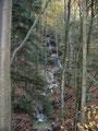 ... vorbei an einem kleinen Wasserfall ...