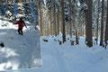 Nach passieren des Schlages wurde das Gelände kurzfristig steiler. Dafür sorgte so manch kleinere Rutschphase mit ungewolltem Schneekontakt für die nötige Abwechslung. Anschließend leitete uns der Routenverlauf erneut in den winterlichen Wald hinein.