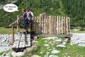 … in den hinteren Talschluss von Innergschlöss. Die Brücke brachte uns wieder trocken und sicher auf die andere Seite des Gschlössbaches, an dessen Nordufer sich der breite talauswärtsführende Fahrweg befand.