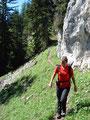 … dann wieder an Felswänden vorbei ging es weiter und weiter bergab.