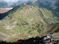 ... und einer hinuter ins Tal wo man unseren Aufstiegsweg sehr gut ausmachen kann.