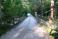 Gleich hinter der darauffolgenden Straßenbiegung leitete eine Brücke über den Schöffaubach und …