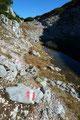 Der Wegverlauf führte uns über diverse Felsstufen in die Mulde hinunter, den See entlang und am anderen Ende wiederum etwas bergan.