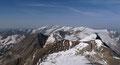 Die Rundumsicht von diesem zweithöchsten Salzburger-Gipfel gestaltete sich wie bei den meisten Gipfeln über der magischen 3000er Marke als phänomenal. Hinweg über die Bratschenköpfe, die Hohe Dock und Bärenköpfe konnte man den Glockner ausfindig machen.