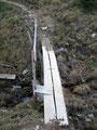 … über eine kleine Holzbrücke, …