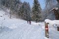Quietschvergnügt und sprücheklopfend ging es in komotem Tempo dem Talschluss entgegen. Der markierte 462er-Weg lotste uns am hinteren Ende der schneebedeckten Weidefläche durch ein Tor und einem kleinen Waldstück zu einer Linkskehre, ...