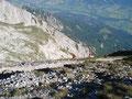 Ich bobachtete die beiden Wanderer, die für mich den Gipfel frei gemacht haben, beim Abstieg. Es war wirklich ziemlich abschüssig!
