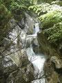 Einfach genial anzusehen wie sich hier das Wasser über die Felsen ins Tal stürzt.