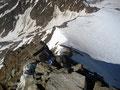 … über ziemlich loses Schiefergestein ging es weiter bergan zum Gipfelkreuz.