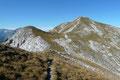Nachdem Gerda und ich den Sattel zwischen Mittagskogel und Natterriegel erreicht hatten, entschlossen wir zuerst den Gipfel des Natternriegels aufzusuchen und folgten dem markierten Weg nach links weiter.
