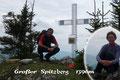 Erst im Jahre 2010 schmückte die hiesige Jägerschaft diesen in den OÖ Voralpen liegenden Gipfel mit einem würdigen Gipfelkreuz. Und gerade erst vor 14 Tagen bekam er auch sein Gipfelbuch, in dem sich Gabi und ich mit Freuden verewigen durften.