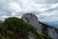 Einmal rechts am Grat, einmal links, über mehrere luftige Felskanzeln tasteten wir uns näher vorsichtig an den Hauptgipfel mit dem Gipfelkreuz des Hechlsteins heran.