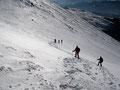 Unten in der Scharte vereinte sich unsere Truppe wieder. Ab hier trennte sich der Abstiegsweg vom Anstiegsweg, denn wir nahmen nun die Route in der Direttissima durch die steile Rinne hinunter zum Schneelochkar.