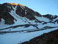 … wie die ersten Sonnenstrahlen die Bergspitzen in Szene setzten.