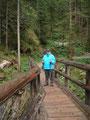 An deren Ende galt es nochmals eine Holzbrücke zu überqueren, ...