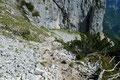 … in weiterer Folge in weiten Serpentinen über ein ausgedehntes steiles Geröllfeld in die Tiefe.