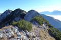 Direkt am Kamm entlanglaufend, leitete nun der Steig auf der Landesgrenze Steiermark/Oberösterreich zum zweiten Gipfel dieser imposanten Bergtour weiter.