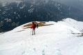 … somit suchte die Schitouren-Gruppe, als auch wir schnellstens das Weite. Vom Gipfel zuerst wieder vorsichtig über das Schneefeld, dann zurück über den abgeblasenen Rücken …