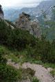 … in einigen steilen Kehren Richtung Süden zu der Felsgruppe und …