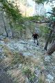 Nun führte der mäßig ansteigende Steig über felsiges Gelände …