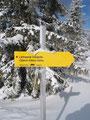 Direkt beim Gipfelkreuz der Wegweiser zum Lahngang Ostgipfel bzw. zur Oberst-Klinke-Hütte.