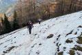 Aufgrund des schattigen nordseitigen Anstiegs mussten wir uns sehr bald mit der köcheltiefen, doch etwas lästigen Schneeauflage anfreunden. Ein Problem stellte es aber nicht wirklich dar, sondern eher das Gewicht der geschulterten Schneeschuhe.