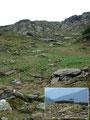 Über steiniges Gelände ging es jetzt dem gut markierten Steig zur Seescharte hinauf. Rechts mir gegenüber auf der Anhöhe konnte ich einen Jägerstand ausmachen.