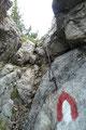 … einem mit Drahtseil versichertes Felsentor. Die Seilsicherung an dieser Passage erwies sich jedoch nicht als zwingend notwendig! Doch wenn es schon einmal da war, legte man halt Hand an.